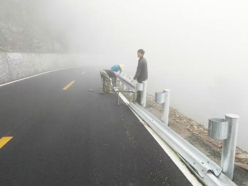 高速波形护栏安装